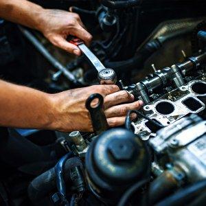przykręcanie silnika kluczem